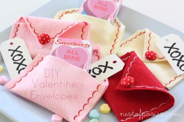 Felt Valentine's Day Envelopes by Nest of Posies via lilblueboo.com