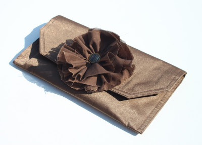 How to make a clutch from a placemat (tutorial) via lilblueboo.com