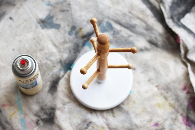 Spraypainted mug holder = accessory holder via lilblueboo.com