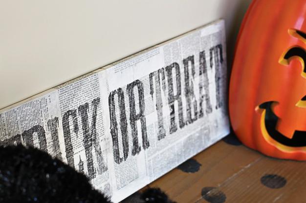 a distressed halloween sign diy tutorial (process 12) via lilblueboo.com