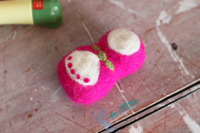 Basic Needle Felting Technique - DIY Tutorial via lilblueboo.com