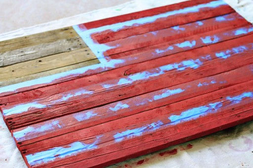 DIY American Flag Home Decor from (Red Stripes) Wood Pallet via liblueboo.com
