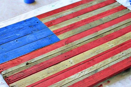 DIY Tutorial American Flag Home Decor from (Before White Stripes) Wood Pallet via liblueboo.com