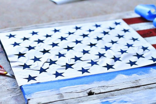 DIY American Flag Painting from (Star Stencil) Wood Pallet via liblueboo.com