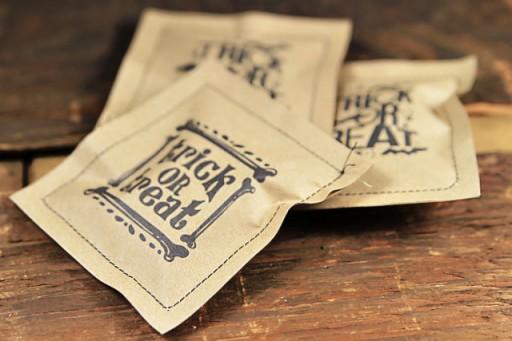 DIY paper treat bags for Halloween via lilblueboo.com