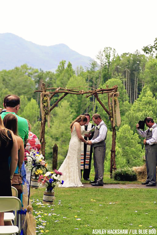 Rustic outdoor wedding ideas - Hemlock Inn - Bryson City, NC #wedding #rusticwedding #ncwedding #brysoncity