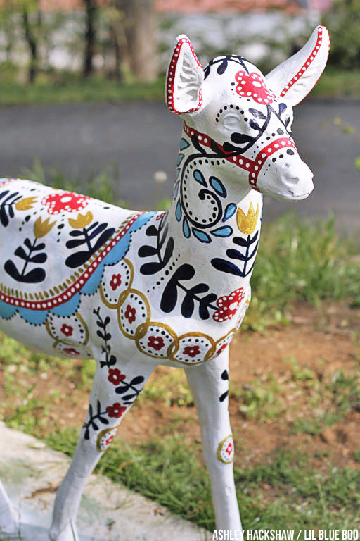 Painted Concrete Deer - Upcycling Concrete Garden Decor - Dala Horse Style - Scandinavian Deer #decoartproject